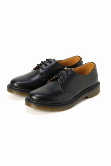 Dr.Martens 3EYE SHOE  Dr.Martens 3EYE SHOE 22680 2016AW SLOBE IENA Dr.Martens / ドクターマーチン クラウスマーチンズ博士によって開発されたラバーソールの靴から始まったブランド 独自のソールによる機能性とあらゆるファッションに合うコーディネイトできるデザイン性のフットウエアでカルチャーとファッションをリードし続けています 箱記載サイズと商品タグに相違がございますご了承ください日本サイズはサイズチャートをご確認ください こちらの商品はSLOBE IENAでの取り扱いになります 直接店舗へお問い合わせの際はSLOBE IENA店舗へお願い致します