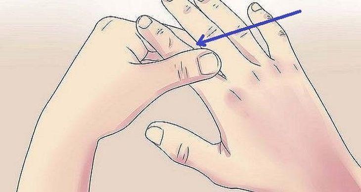 Con el fin de evitar la falta de aire, masajear el pulgar:  Usted probablemente no sabía esto, pero el pulgar está conectado a su corazón y sus pulmones. Por lo tanto, si usted se siente con falta de aire, todo lo que tiene que hacer es frotar el pulgar.  Masajea su dedo anular para aliviar el e