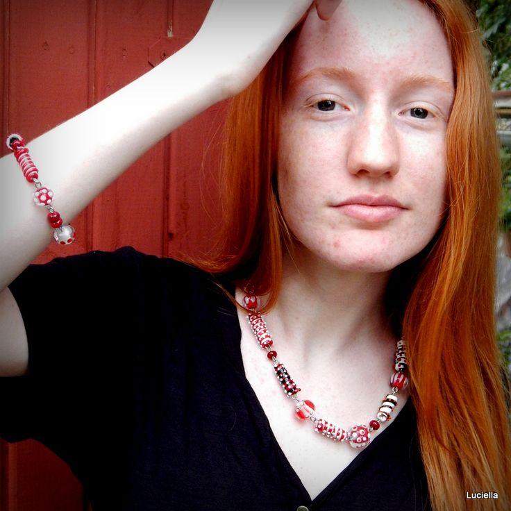 Grafikova žena číslo II. Autorský náhrdelník a náramek Grafikova žena č.II. je v pořadí již druhým větším dílkem z řady šperků pro grafikovy ženy. Je ručně ketlován na chirurgické oceli, takže se žádná žena ani ta alergická nemusí bát, že by došla k úhoně. Každý z korálků je originál a dohromady tvoří originální šperk , pro jistě originální ženu, ...