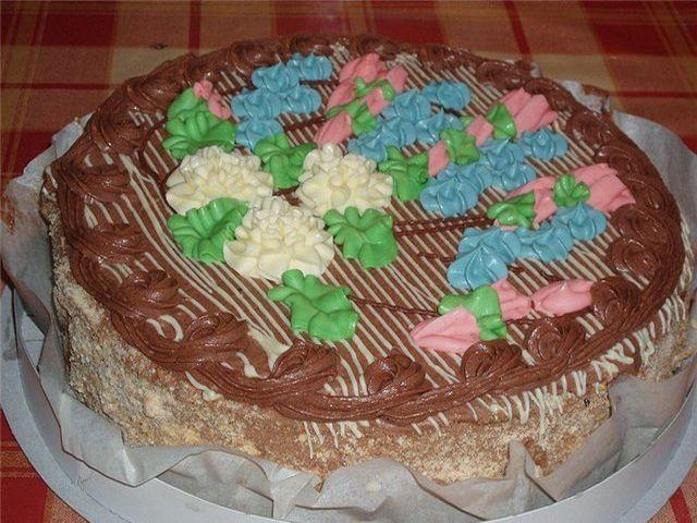 Киевский торт - вкусная воздушно-ореховая вкуснятина. Торт состоит из двух воздушно-ореховых коржей безе с прослойками крема. Поверхность торта украшена различными кремами, боковая поверхность обсып...