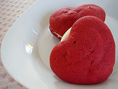 Heart-Shaped Red Velvet Whoopie Pies With Vanilla Creme Filling: Valentine'S Day, Red Velvet, Valentine'S S, Velvet Whoopie, Fresh Food, Valentines Day Treats, Whoopie Pies, Six Sisters Stuff, Treats Recipes