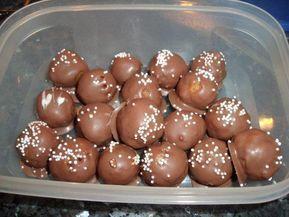 Das perfekte Eierlikör-Pralinen mit Löffelbiskuit-Rezept mit einfacher Schritt-für-Schritt-Anleitung: Löffelbiskuits fein reiben oder in einen…