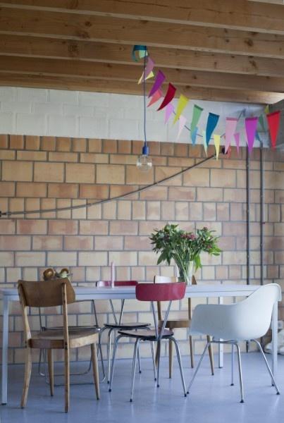 Blote bakstenen en houten plafondbalken, constructie-elementen mogen gezien worden.