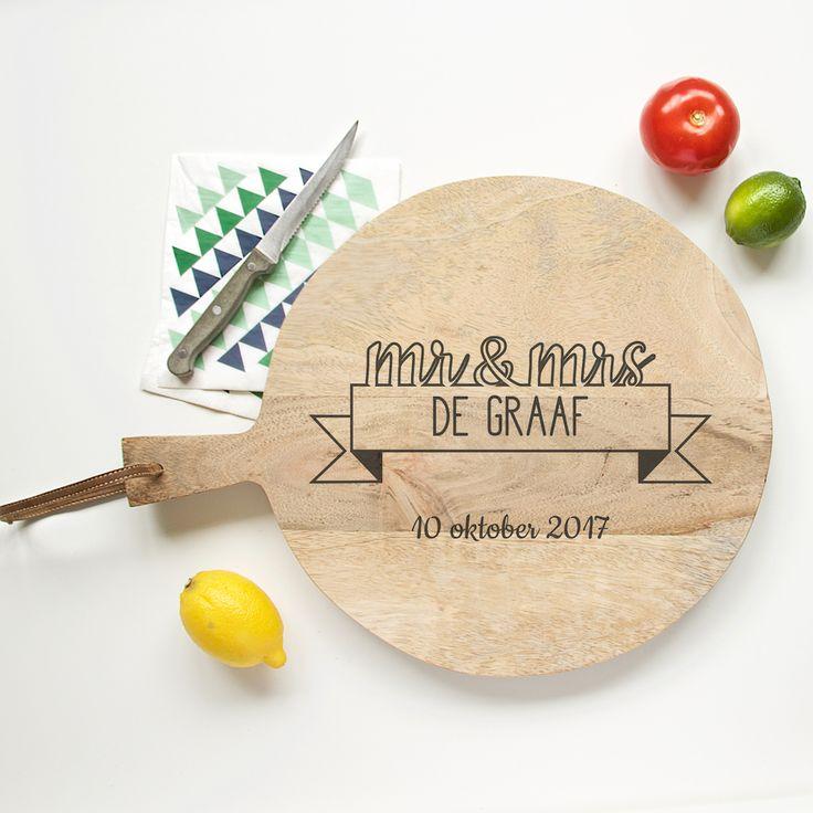 Broodplank Mr Mrs Vlag. Een origineel cadeau voor een bruidspaar, met hun eigen naam en trouwdatum gegraveerd in een broodplank.