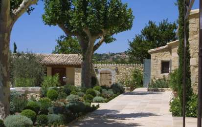 Arredare un giardino in stile provenzale - Casa rustica con giardino provenzale
