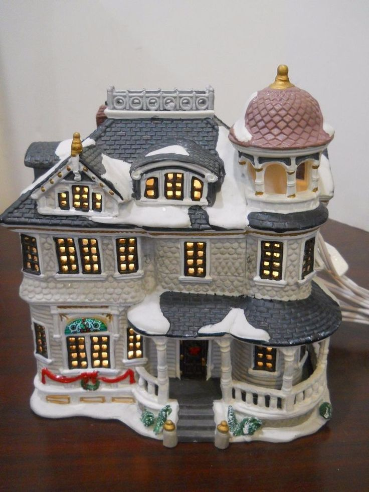 """Lemax Christmas Village """"Laurel House"""" Lighted Building  the base is 7.25"""" x 5"""".  it is 7.5"""" tall.Lemax Laurel House 2001 Lighted Building Christmas Village with People"""