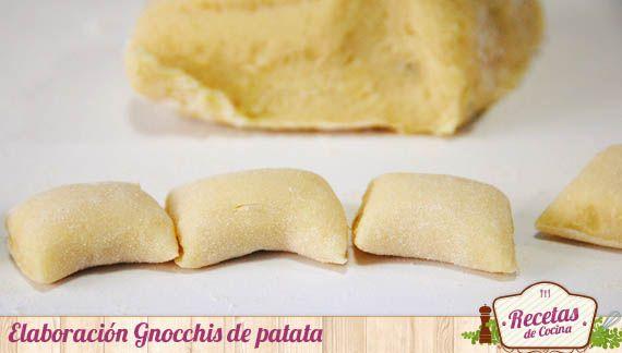 Gnocchis de patata, una receta típica italiana -  Los gnocchis o ñoquis son una variedad de pasta italiana que se acompaña, habitualmente, de salsa de tomate y parmesano. Los habrás visto envasados; sin embargo poco tienen que ver el sabor y la textura de los gnocchis frescos, elaborados en casa con patata, harina y huevo. Lo gnocchis son... - http://www.lasrecetascocina.com/2013/03/01/gnocchis-de-patata-una-receta-tipica-italiana/