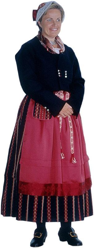 Karijoen ja Isojoen naisen kansallispuku. Kuva © Suomen kansallispukuneuvosto, Timo Ripatti 1990