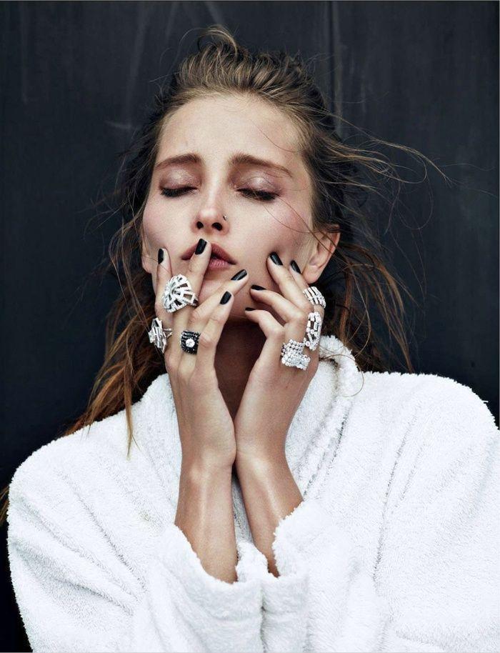 Conseils de mode, comment mettre une bague de mariage, de fiançailles ou autre bagues à votre doigt à la bonne main. Bien mettre une bague femme et homme.
