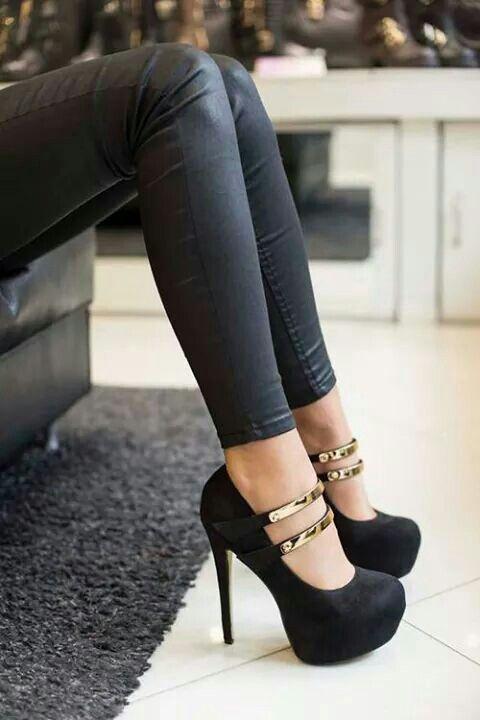 Bu Ayakabı gördüğümüz gibi o tayt la ve o ayakkabı ve o ayakkabı yi tamamlayan altın rengi siyah tişört un yani onun dekoltesi nde yer almalıdır