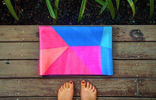 Die Reise Yoga-Matte   IE REISE COMBO MATTE      Designed um der ultimative Reisebegleiter für Yogis zu sein! Die Matte einfach alleine nutzen oder um eher wenig saubere Studiomatten zu überdecken.     Die sehr faltbare und dünnere Version unserer bekannten Combomatte.     Luxuriöse und saugfähige Mikrofaseroberfläche verbunden mit natürlichem Baumgummi. Gibt Ihnen die Griffigkeit von einem Handtuch und die Gemütlichkeit einer Yoga-Matte.