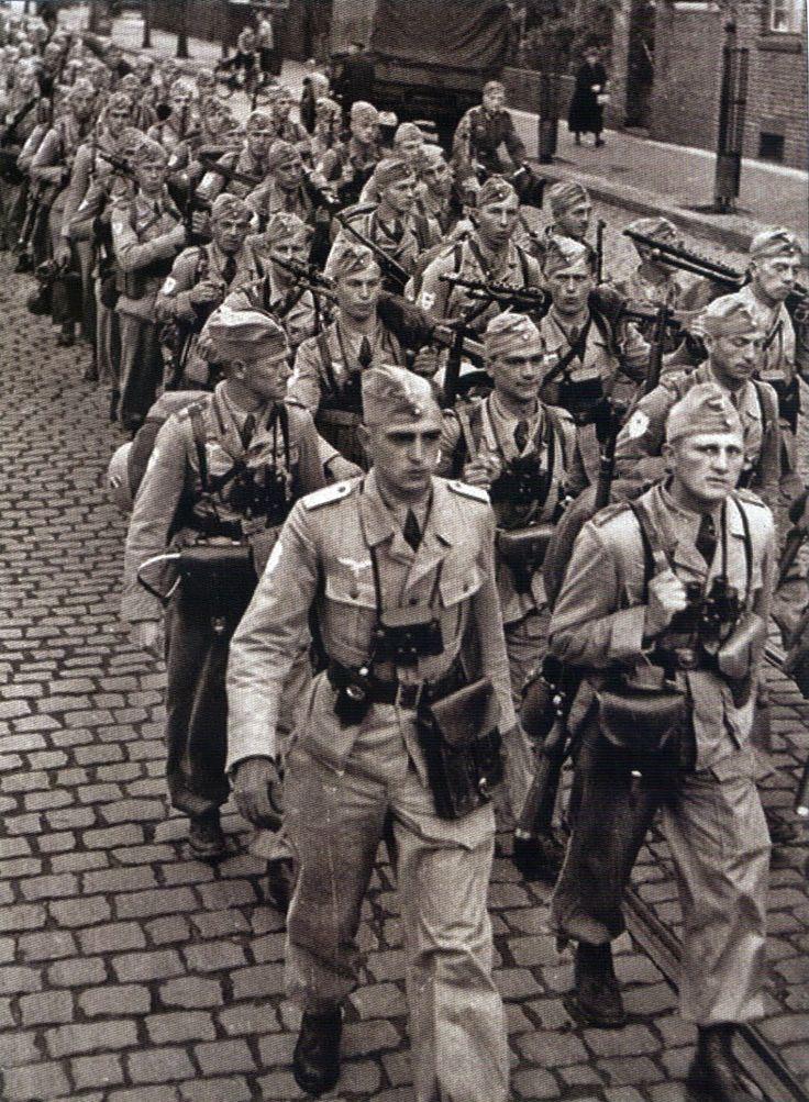 Fallschirmjäger Brigade Ramcke --- Primera fila izquierda ...