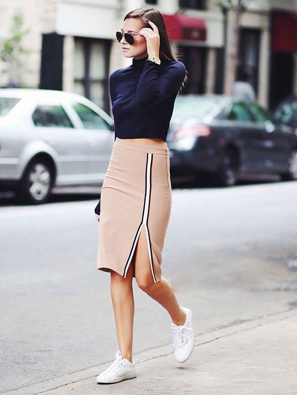 É tendência: cropped top com gola alta. Combine com saia lápis e tênis para um look normcore com pegada esportiva.