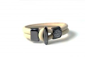 Læderarmbånd med krystallås.