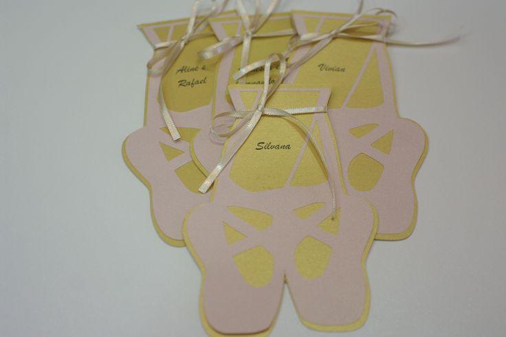 Convites em formato de sapatilha de bailarina confeccionado em Scrapbook. Encomendas 49 3567-0204