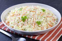 Esta ensalada también llamada Coleslaw, fresca y cremosa, es ideal para acompañar carnes a la BBQ, hamburguesas y por supuesto, recetas de pollo.