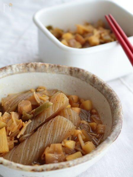 ねじりこんにゃくの他、筍、えのき&椎茸の軸、そしてザーサイをだし汁で煮込んだ炒め煮です。  きのこ類の旨みや、それぞれの素材の味をしっかり感じながら、優しいかつおだしの風味で頂きます。  作ってからしばらく置くと、味が落ち着きより美味しく感じます。作り置きOK。お好みで七味等を振りかけて頂いても。    おだしはやきつべのだし(鰹枯節)を使用しました。