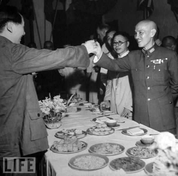 Mao Zedong and Chiang Kai-shek shared a toast when they met in 1946.  From http://xenohistorian.faithweb.com/china/