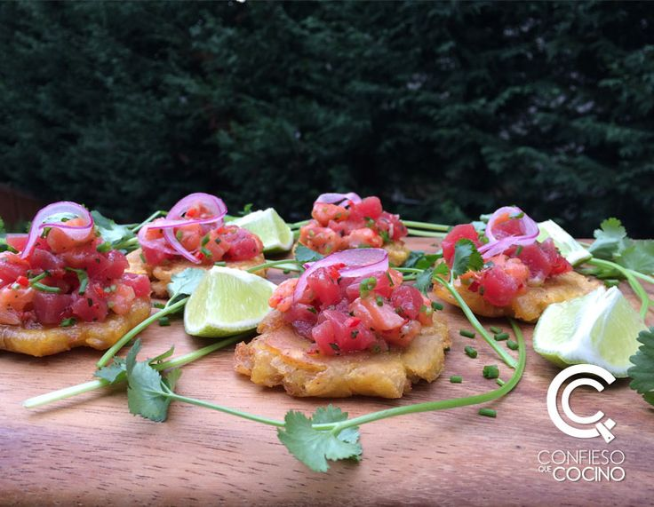Ceviche de Salmón y Atún estilo Poke, hecho con limón, cebolla, culantro, salsa de soya, jengibre, sobre plátano verde frito (patacón).