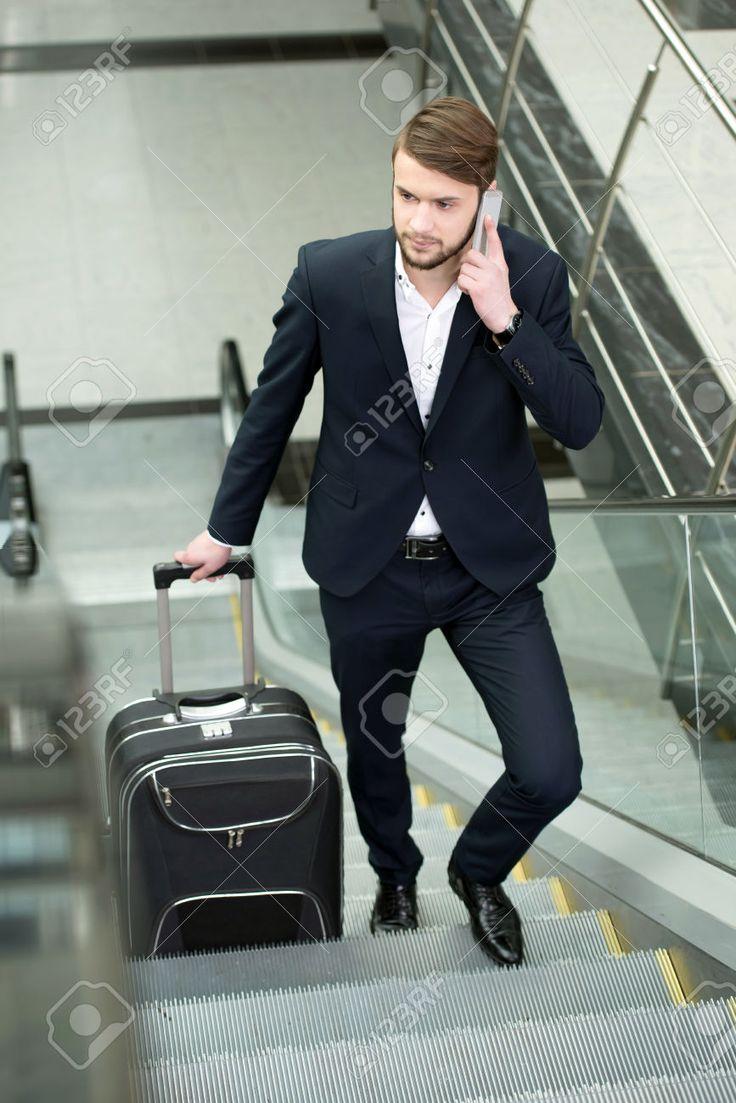 25898225-Joven-empresario-con-una-maleta-y-billetes-de-avi-n-en-el-aeropuerto-para-viajes-de-viajar-Foto-de-archivo.jpg (867×1300)