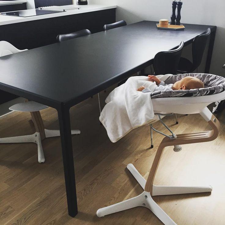 Nyt spisebord, en lille smule stort  Så må vi jo bare købe et større hus ☺️ #hayt12table #haydesign #evomove #nomihighchair #syveren