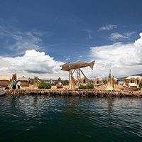 """Islas Flotantes de los Uros (Puno) Horario: L-D: 08:30-17:00 horas. Son 63 islas artificiales, habitada entre 3 y 5 familias uro-aymaras, quienes construyen y techan sus casas con esteras de totora, flotando en el Lago Titicaca.Los uros se denominan ellos mismos kotsuña, """"el pueblo lago"""". Mantienen la tradición de la pesca artesanal,carachi y el pejerrey y la caza de aves silvestres. Los hombres son hábiles conductores de balsas de totora y las mujeres expertas tejedoras. El clima frío y…"""