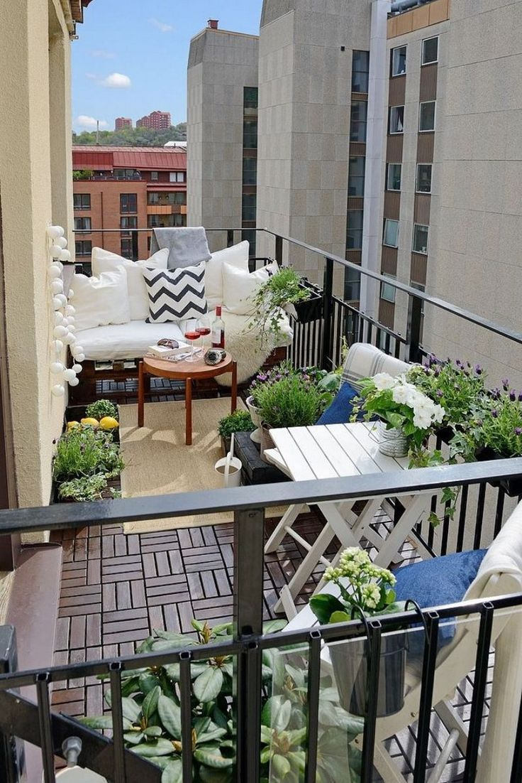 Kleiner Balkon Mit Palettenmobeln Balcony Terrace Sofa Balkons