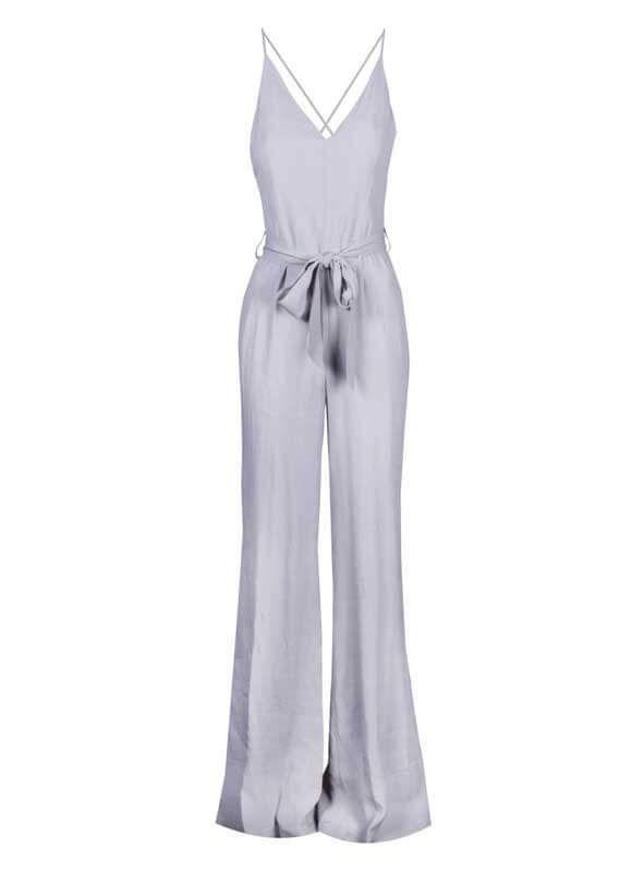 Εντυπωσιακή γυναικεία φόρμα ολόσωμη ραντάκι με υφασμάτινη ζώνη. Διάθεση σε γκρι ανοιχτό χρώμα.