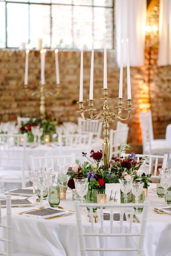 Traumhochzeit Auf Der Wasserburg Geretzhoven Fur Die Tischdeko Wurden Hohe Goldene Kerzenleucht Tischdekoration Hochzeit Blumen Nacht Hochzeit Hochzeitsmotto