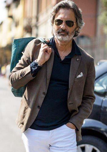 【秋】茶ジャケット×紺ポロシャツ×白パンツの着こなし(メンズ) | Italy Web