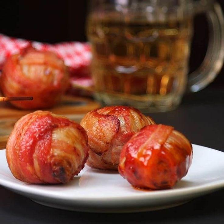 Κόβουμε τα κρεμμύδια. Γεμίστε τα με το βόειο κρέας και τυλίξτε με μπέικον για μια πεντανόστιμη απόλαυση  #Συνταγές