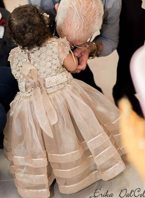 Uma princesa chamada Belle .... Ou será um anjo? Seu vestido  e cinto foram bordados em pérolas e pontos de luz,pregas na saia  arrematadas com fitas e um lindo laço nas costa . .. e Belle esta pronta.