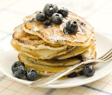 Om du gillar amerikanska pannkakor ska du testa det här ljuvliga receptet på pösiga blåbärsplättar. Läckra, små, delikata plättar som du serverar med blåbär, flytande honung och florsocker. Fantastiskt gott!