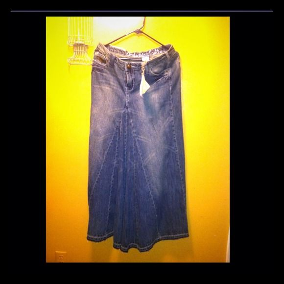Denim long jean skirt ''New never been worn very nice its good for someone tall ''5/7,5/8, its a really long jean skirt.. Skirts