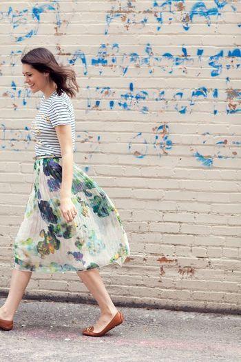 カジュアルなボーダーはフラワープリントのエレガントなスカートとも相性ぴったりです。