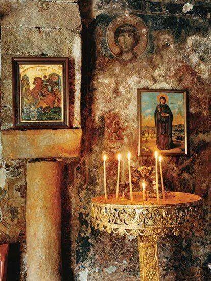 Οι παλιες αγαπες, μοιαζουν με τοιχογραφιεςσ ερημοκλησια...ο χρονος τις παλαιωνει, τις ξεθοριαζει, αλλα αν υπηρξαν Αγαπες, εξακολουθουν...  Λουδοβίκος των Ανωγείων