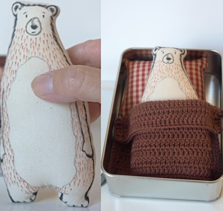 Bjørnen sover..håndtegnet tekstilbjørn i tinnboks med brunt heklet teppe