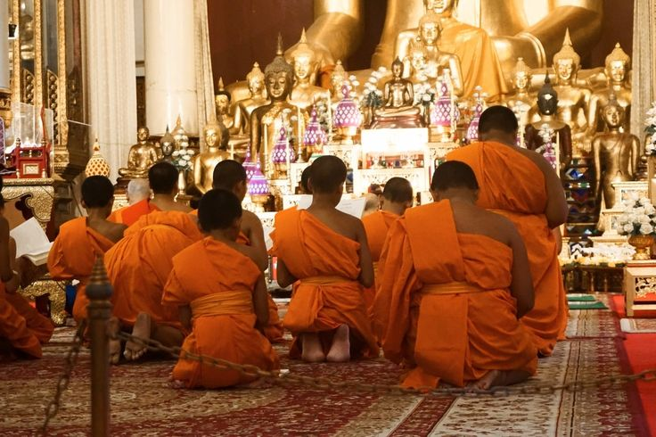 Chanting & meditating monks at Wat Phra Singh, Chiang Mai, Thailand, Travel Diaries - Blog: www.daintysoull.w... - Instagram @fabiennedenberg