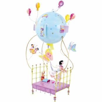 69.90  'Lit volant' | Speelgoed Kiki Hang deze mooie schlumpeter aan je plafond en geniet er stilletjes van. Deze metalen schlumpeter (een soort luchtballon) is een mooie decoratie van L'Oiseau Bateau. Het stelt een vliegend bed voor waarop een leuk meisje staat. ze houdt zich vast aan de bedrand. Op het bed zit haar knuffelkonijn. Het bed vliegt door de grote bal waaraan het bed hangt. De bal heeft venstertjes met luikjes. Aan de bal hangen roze en gele ballonnen en er vliegen mooie vlinde