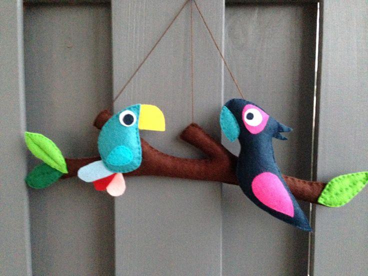 """Mobile ou décoration murale """"Comme un oiseau sur la branche"""" : 2 aras - perroquets en feutrine : Jeux, peluches, doudous par eve-et-la-pomme"""