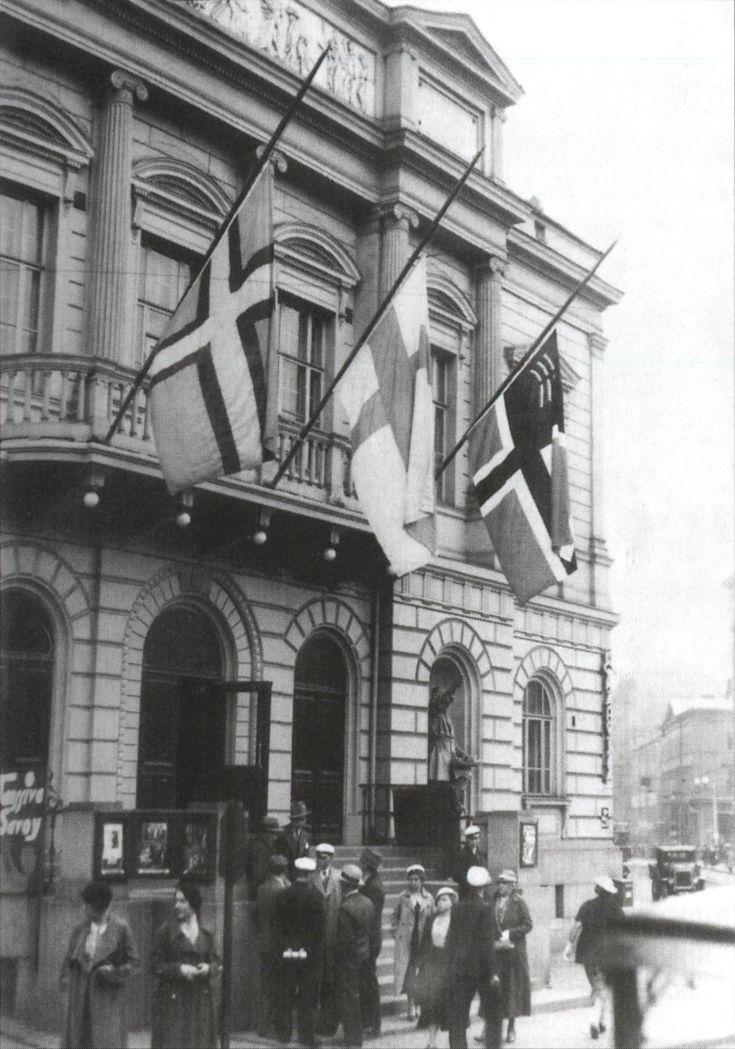 Ingermanlands, Finlands och Östra Karelens flaggor på halvstång på Gamla studenthuset i Helsingfors i protest mot utvisning av ingermanländare och karelare. Hösten 1934.