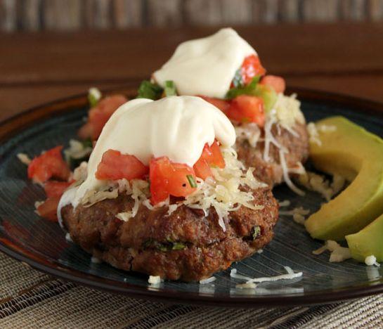 Μπιφτέκια+γεμιστά+με+τυρί+κρέμα+και+πικάντικες+πατάτες+φούρνου