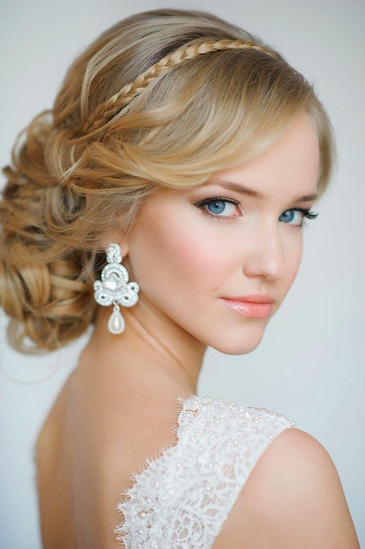 Peinados para el día de tu boda chica usando un recogido de lado en chinos con una diadema sobre su cabeza