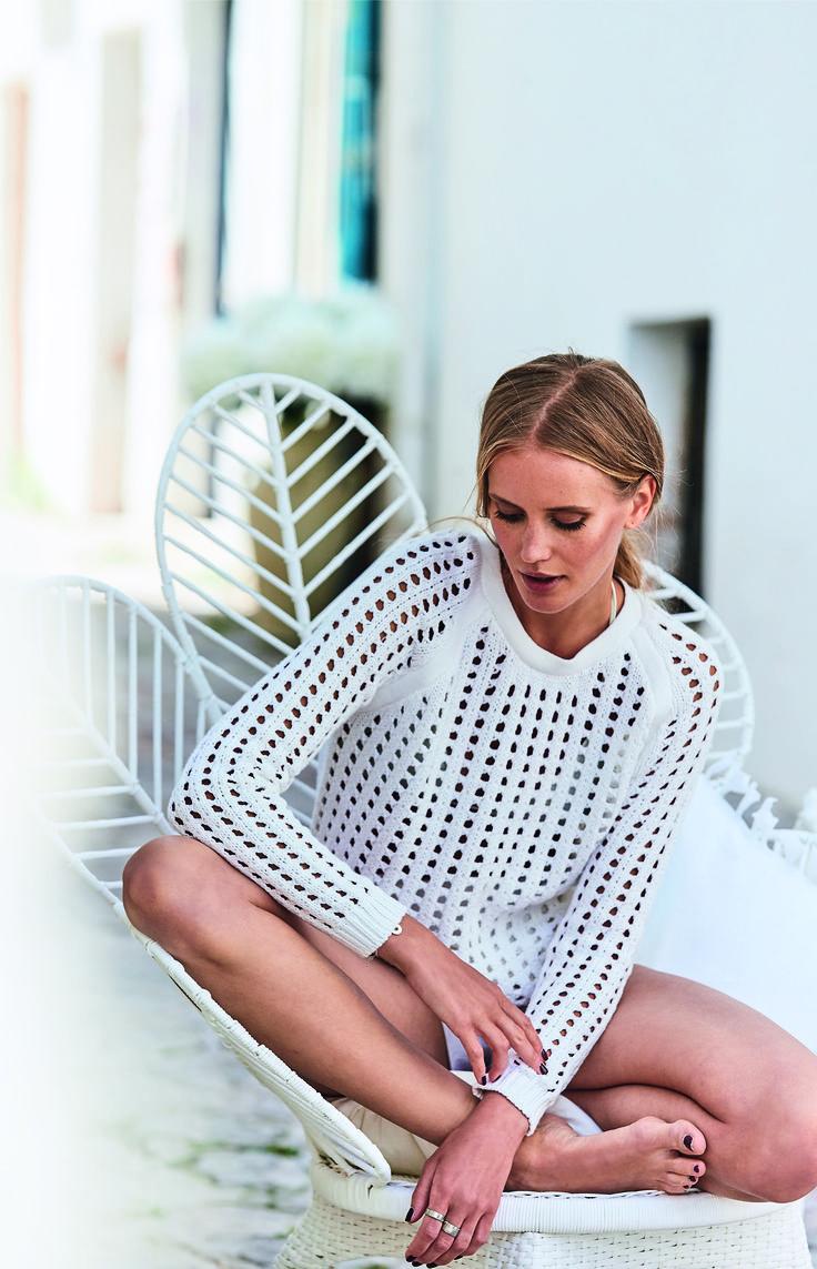 Luftiger Geselle: ziemlich transparenter weißer Lochstrickpullover mit Strickkanten am Rundhalsausschnitt, der ideale Begleiter an Sommertagen.
