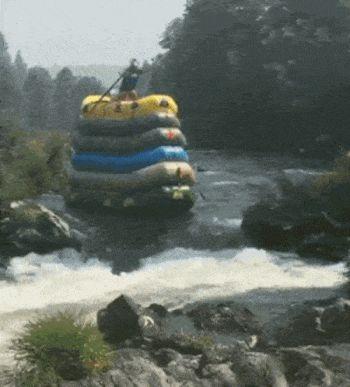 Covey Baack hat sechs Schlauchboote aufeinander gestapelt und eine Ruderverlängerungen gebastelt, um damit per Rafting ein paar Klasse 4 Stromschnellen runterzuhobeln. Und warum macht man sowas? Weil er es kann…