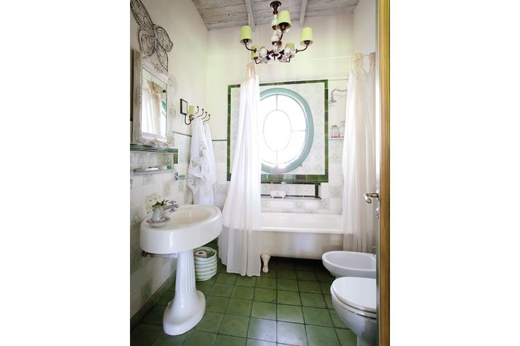 """Ideas para decorar un baño antiguo  Los accesorios pueden ser grandes aliados para """"levantar"""" la deco de un baño: aquí, desde el espejo, pasando por la araña que cuelga del techo, y hasta las toallas y cortinas, hacen que el espacio se vea atractivo y fresco. Foto:Archivo LIVING"""