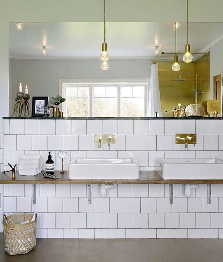 Ett badrum med en klassisk bas att gilla länge - och inslag av trendig mässing. Mer badrumsinspiration och ideer i nyanumret, i butiknu! #skönahem #nyttnr #inredning #inspiration #badrum #mässing