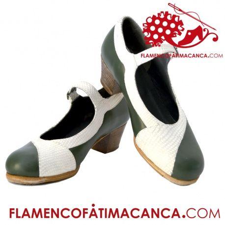 Modelo Triana Calzado flamenco. Pieles y forros de 1º calidad. Suela doble de cuero cosida. Doble cantidad de clavos en puntera y tacón puesto uno a uno con pulido final. Refuerzos en puntera y talón. Filis antideslizantes. Fabricado artesanalmente por profesional del calzado.  El proceso de fabricación de los zapatos es de unos 15/20 días.