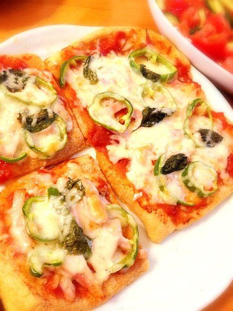 超カンタンメニュー\(^o^)/ 油揚げって消費期限短いし、余ることがあるからピザに変身させてみた☆ 魚焼きグリルで焼くと、油揚げがカリッとしていい感じです(^o^) - 105件のもぐもぐ - 油揚げピザ by pocchan1210