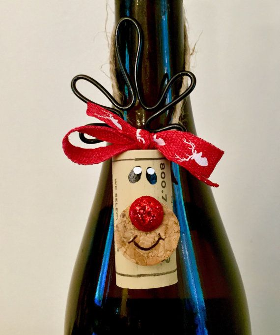 Collezione di 4 tappi di sughero adorabile renna decorazioni. Questi possono essere utilizzati per decorare il vostro albero o dati come un dono. Gli amanti del vino impazzire su questa little renna di sughero. Padrona di casa perfetta e assolutamente unica o Baratto Yankee di dono per tutte quelle parti saremo presenti durante la stagione delle vacanze.  Questa decorazione è stata effettuata con amorevole pensieri di Rudolph. Il naso rosso glitter farli pop con spirito natalizio! Aggiungere…